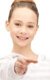 Adolescente con una mano abierta lista para el apretón de manos Foto de archivo