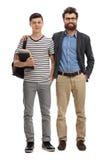 Adolescente con una mochila y un hombre joven Foto de archivo