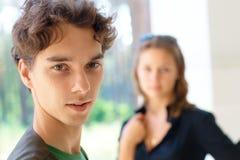 Adolescente con una muchacha en el fondo Imagen de archivo libre de regalías