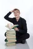 Adolescente con una pila de libros Fotografía de archivo