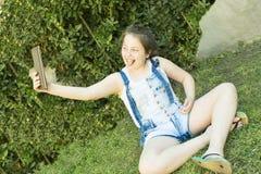 Adolescente con una tableta Imagen de archivo