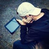 Adolescente con una tableta Foto de archivo libre de regalías