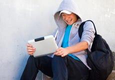 Adolescente con una tableta Imagenes de archivo