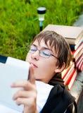 Adolescente con una tableta Imagen de archivo libre de regalías