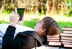Adolescente con una tableta Fotos de archivo