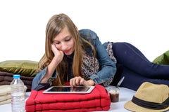 Adolescente con una tableta digital Foto de archivo libre de regalías