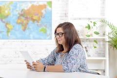 Adolescente con una tableta digital Imagenes de archivo