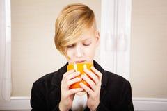 Adolescente con una taza anaranjada Imagenes de archivo