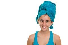 Adolescente con una toalla azul envuelta sobre su pelo mojado Imágenes de archivo libres de regalías
