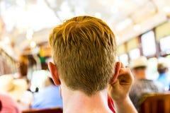 Adolescente con viajes de los auriculares Imagen de archivo