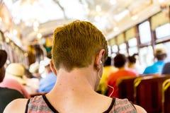 Adolescente con viajes de los auriculares Fotos de archivo