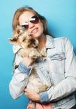 Adolescente con Yorkshire Terrier Imagen de archivo libre de regalías