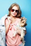 Adolescente con Yorkshire Terrier Fotografía de archivo libre de regalías