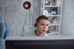 Adolescente concentrado que juega a un juego de ordenador Foto de archivo libre de regalías