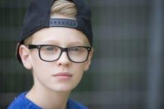 Adolescente confiado del retrato con el casquillo Foto de archivo libre de regalías