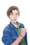 Adolescente confiado que muestra su puño, aislado en blanco Imagen de archivo libre de regalías