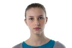 Adolescente confiado que se opone al fondo blanco Imagen de archivo libre de regalías