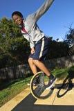 Adolescente confidente aerotransportado en monocycle Foto de archivo