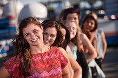 Adolescente confidente con las novias Foto de archivo libre de regalías