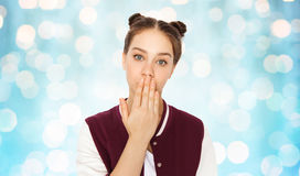 Adolescente confuso che copre a mano la sua bocca Fotografia Stock