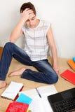 Adolescente confuso con los libros Imágenes de archivo libres de regalías