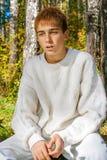 Adolescente confuso en el bosque Imagen de archivo