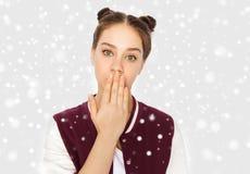 Adolescente confuso que cubre su boca a mano Imagen de archivo libre de regalías