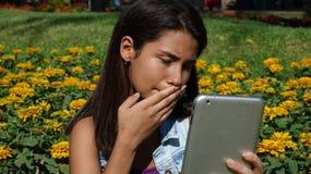 Adolescente confuso usando la tableta Fotografía de archivo