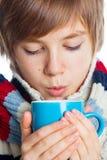 Adolescente congelado joven en estilo del invierno Imágenes de archivo libres de regalías
