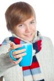 Adolescente congelado joven en estilo del invierno Imagenes de archivo