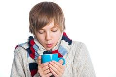 Adolescente congelado joven en estilo del invierno Fotografía de archivo
