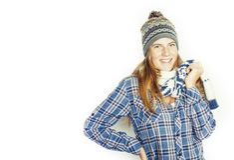Adolescente consideravelmente louro dos jovens no chapéu e no lenço do inverno no sorriso branco do fundo imagem de stock royalty free