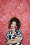Adolescente contra o papel de parede colorido Foto de Stock