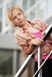 Adolescente contra una construcción de escuelas Fotografía de archivo