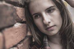 Adolescente contra una pared de ladrillo Fotografía de archivo libre de regalías