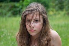 Adolescente contra verde Fotografía de archivo libre de regalías