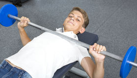 Adolescente contratado al gimnasio Foto de archivo libre de regalías