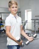 Adolescente contratado al gimnasio Imagenes de archivo