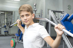 Adolescente contratado al gimnasio Fotos de archivo libres de regalías