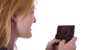 Adolescente controlando sus mensajes Fotos de archivo libres de regalías