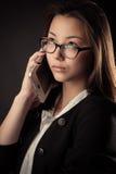 Adolescente coreano del retrato que habla en el teléfono móvil Fotos de archivo libres de regalías