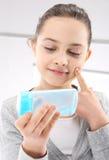 Adolescente, cuidado de piel facial Imagenes de archivo
