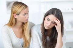 Adolescente déprimée tandis que consolation étroite d'amie Images libres de droits