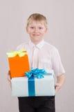 Adolescente da los regalos Fotos de archivo