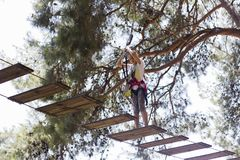 Adolescente da menina com a cara amedrontada com equipamento de escalada na Fotos de Stock
