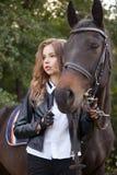 Adolescente da menina com um cavalo Fotografia de Stock Royalty Free