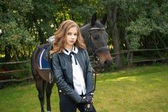 Adolescente da menina com um cavalo Fotos de Stock