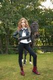Adolescente da menina com um cavalo Foto de Stock Royalty Free