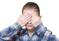 Adolescente da menina fechado seus olhos com palmas, imagem de stock royalty free