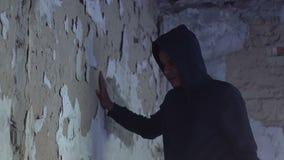 Adolescente da virada que inclina-se na parede, expressão do desespero, dor do desespero video estoque